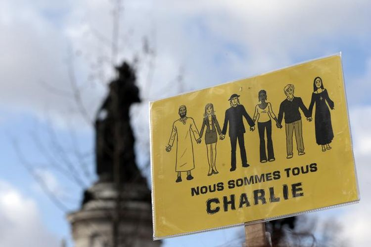 706646-nous-sommes-tous-charlie-sur-l-ecriteau-de-manifestants-place-de-la-republique-le-11-janvier-2015-a-
